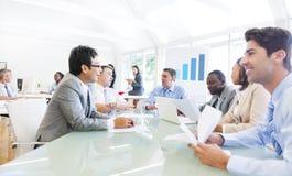 小组不同的商人在办公室 免版税库存照片