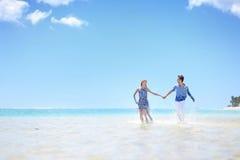 在一个热带海岛上的年轻夫妇 免版税库存照片