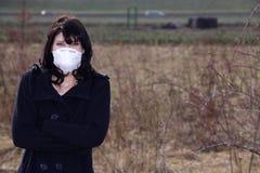 有呼吸道防护的妇女 免版税库存照片