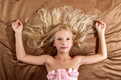 Όμορφο μικρό κορίτσι που ονειρεύεται στο κρεβάτι Στοκ Εικόνα