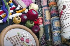 缝制的设备和织品。 库存图片