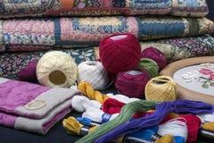 缝制的设备和织品。 库存照片