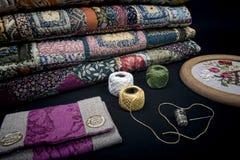 缝制的设备和织品。 免版税库存图片