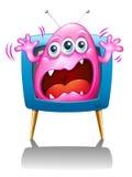 与尖叫一个桃红色的妖怪的电视 免版税库存图片