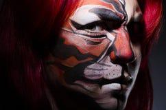 有面孔绘画的妇女 免版税库存照片