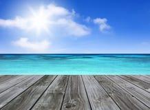 与空的木码头的海景 免版税库存图片