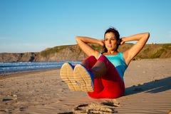 Женщина фитнеса сидит поднимает разминку Стоковые Фотографии RF
