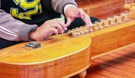 演奏洋琴泰国的孩子 库存照片