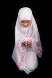 Νέο μουσουλμανικό κορίτσι που λέει μια προσευχή Β Στοκ Εικόνες