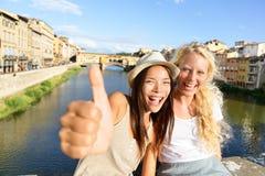旅行的愉快的妇女女朋友在佛罗伦萨 库存图片