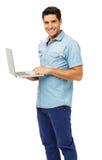 确信的年轻人画象有膝上型计算机的 免版税库存照片