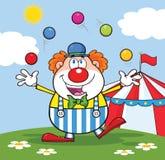 小丑玩杂耍与在马戏场帐篷前面的球的漫画人物 免版税库存照片