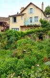 有夏天庭院的法国城内住宅 库存图片
