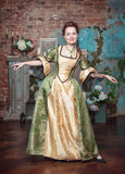 Χαμογελώντας όμορφη γυναίκα στο μεσαιωνικό φόρεμα Στοκ Εικόνες