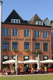 从外部大阳台的访客在莱茵河散步 免版税图库摄影