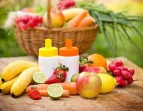 Органические фрукты и овощи богатые с естественными витаминами Стоковое фото RF