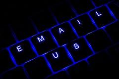 '给我们'在蓝色的被阐明的键盘文本发电子邮件 库存图片