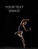 在黑泳装的剪影跳芭蕾舞者 库存图片