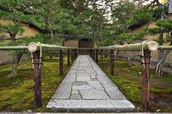 日本禅宗寺庙庭院入口石头道路 图库摄影