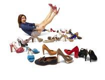 时髦的女人和鞋子的巨大选择 免版税库存图片
