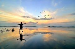 站立在海滩附近的人 免版税库存照片