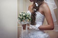 亭亭玉立的被晒黑的新娘的礼服细节 免版税库存照片