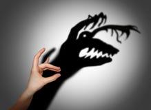 Φόβος, τρόμος, σκιά στον τοίχο Στοκ Εικόνες