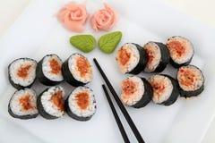 Σούσια που τίθενται στο άσπρο πιάτο. Παραδοσιακά ιαπωνικά τρόφιμα Στοκ φωτογραφίες με δικαίωμα ελεύθερης χρήσης