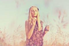 女孩吹的泡影 免版税图库摄影