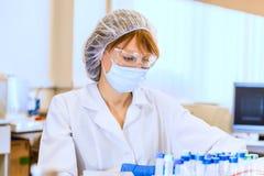 妇女科学家在实验室 免版税库存照片