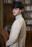佩带高顶丝质礼帽和蝶形领结的典雅的年轻人 库存照片