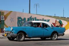 蓝色经典老美国汽车在哈瓦那 库存照片