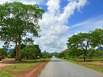 路通过村庄。非洲,莫桑比克。 免版税库存照片