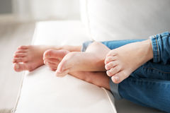 爱恋的夫妇脚 免版税库存图片