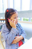 使用电话的亚洲女孩 免版税库存照片