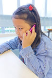 使用电话的亚洲女孩 库存图片