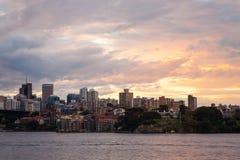 与街市悉尼美好的日落光的都市风景  免版税库存图片
