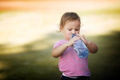 有瓶的女孩矿泉水 免版税库存照片