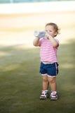 有瓶的女孩矿泉水 库存照片