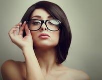 Θηλυκό πρότυπο μόδας που κρατά τα γυαλιά χεριών Στοκ Εικόνες