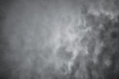 Темные драматические облака. Страшная предпосылка неба Стоковые Изображения RF