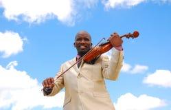 弹小提琴的黑人音乐家 免版税库存图片