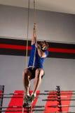 Разминка человека тренировки подъема веревочки на спортзале Стоковое фото RF