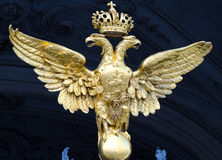 加倍冬宫的朝向的老鹰,圣彼得堡 图库摄影