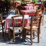 表和椅子在传统希腊小酒馆 免版税图库摄影