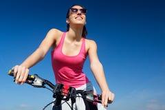Подходящий горный велосипед катания женщины Стоковые Изображения