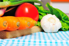 Λαχανικά σε ένα ύφασμα κουζινών Στοκ Εικόνες