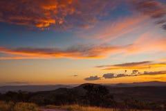 生动的五颜六色的日落在南非 免版税库存图片