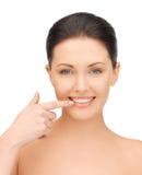 指向牙的美丽的妇女 库存照片