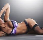 女用贴身内衣裤的华美的性感的妇女在演播室 免版税库存图片